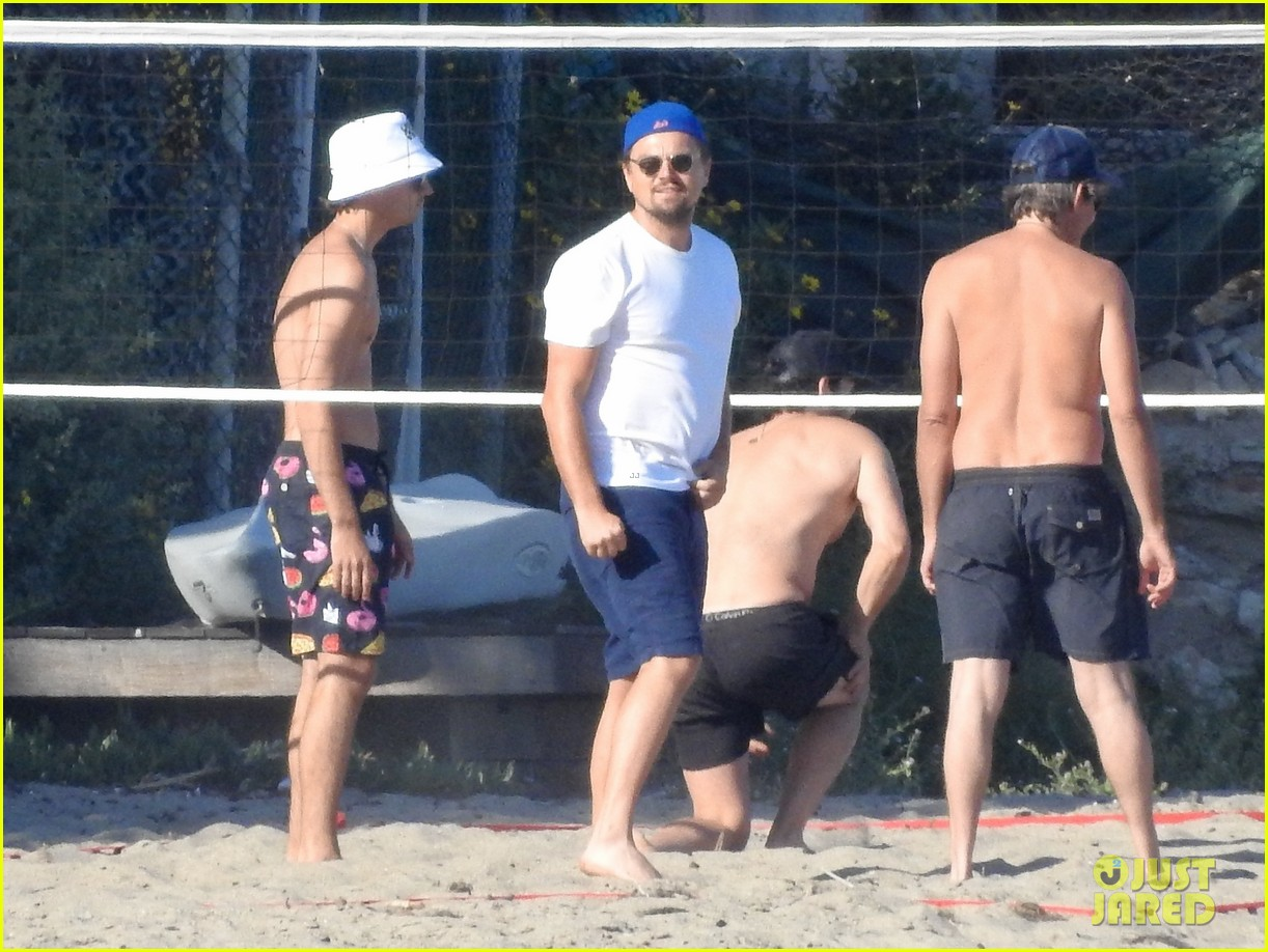 leonardo dicaprio gets hit in the face with a volleyball 054314118