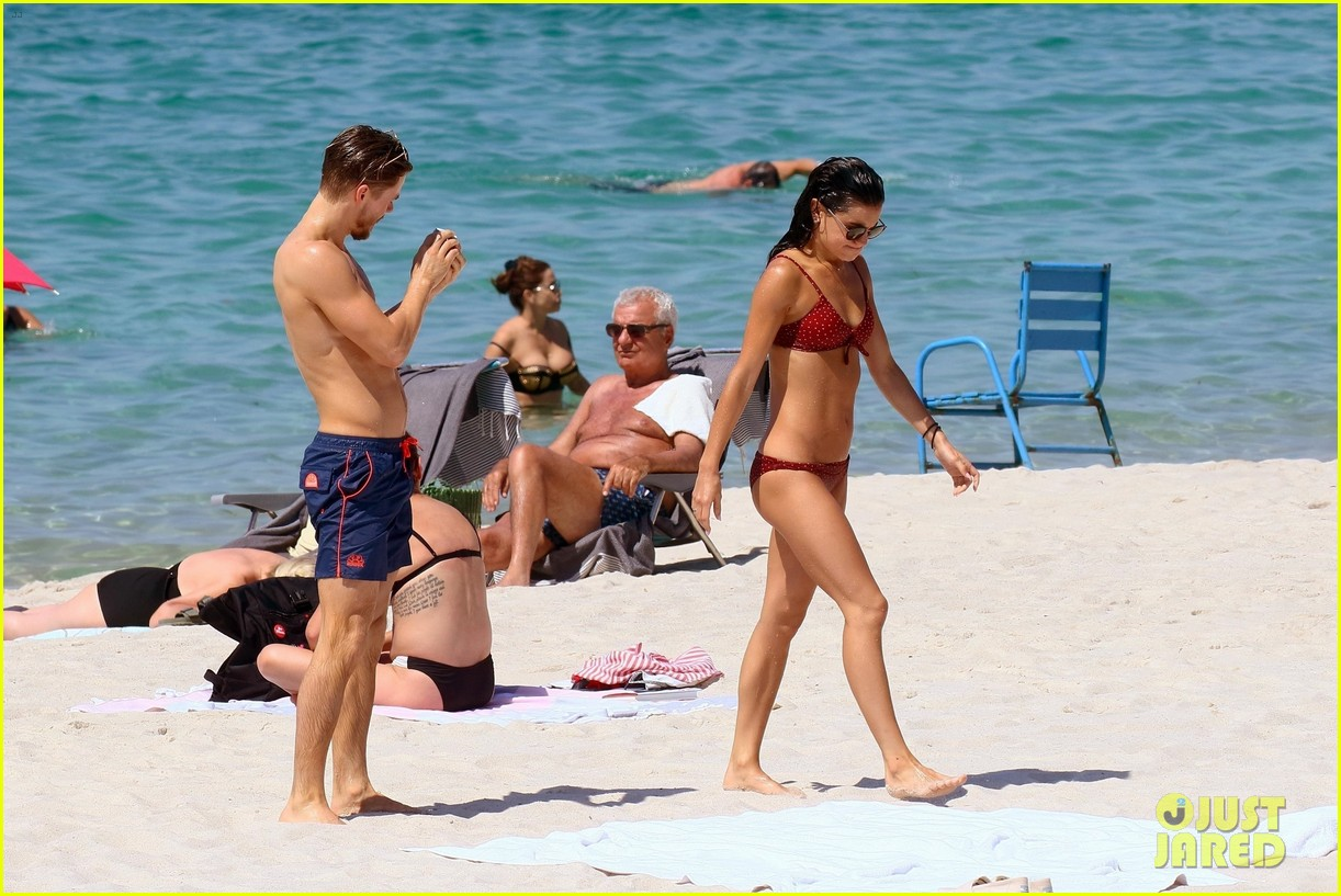 shirtless derek hough hits the beach with girlfriend hayley erbert 724312832