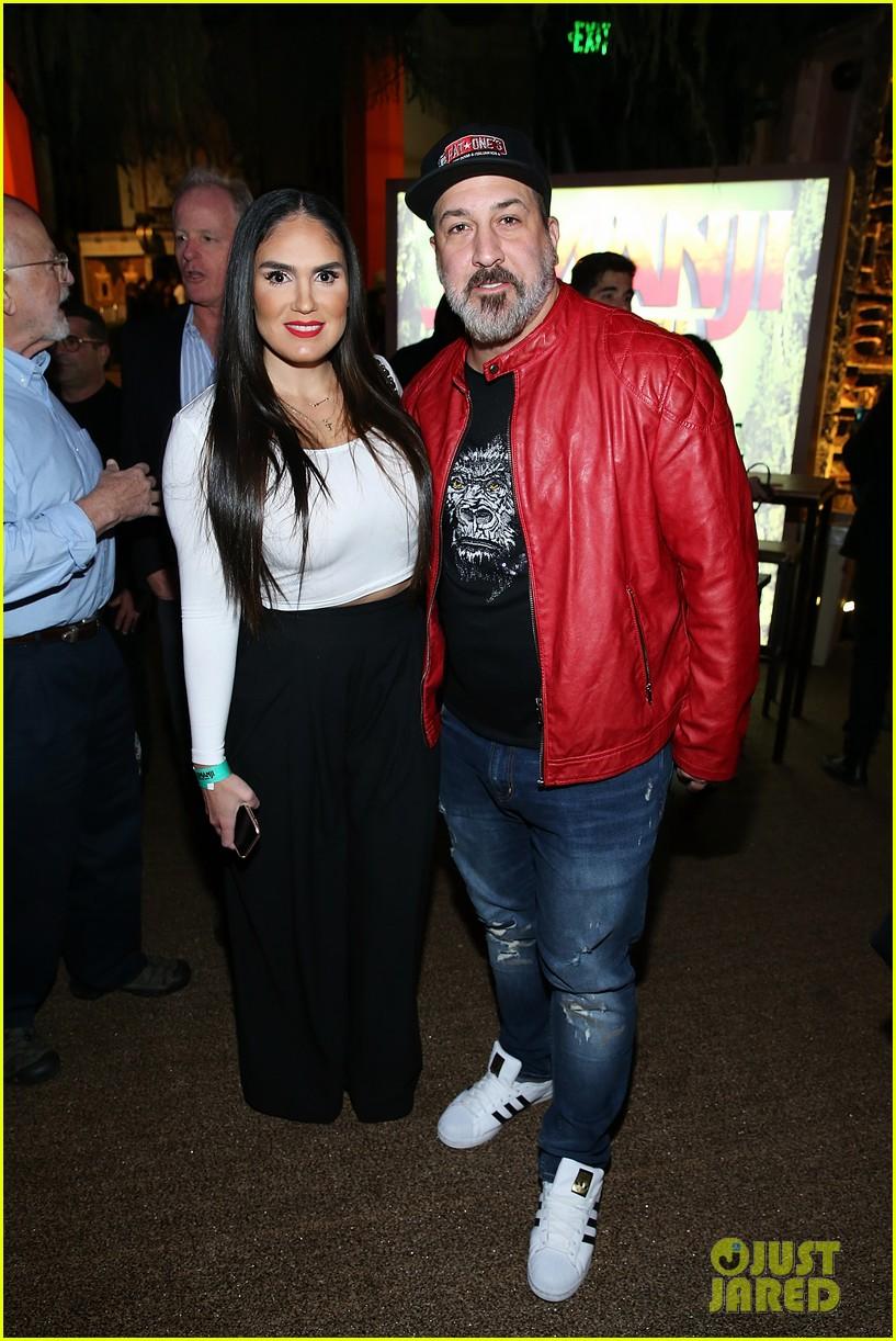 Joey Fatone Amp Girlfriend Izabel Araujo Have Been Walking