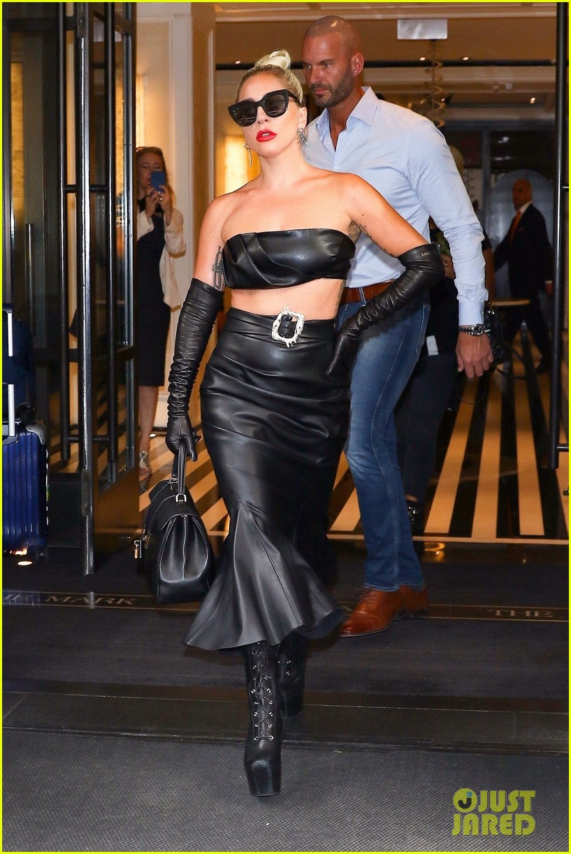 lady gaga fierce in leather look 01
