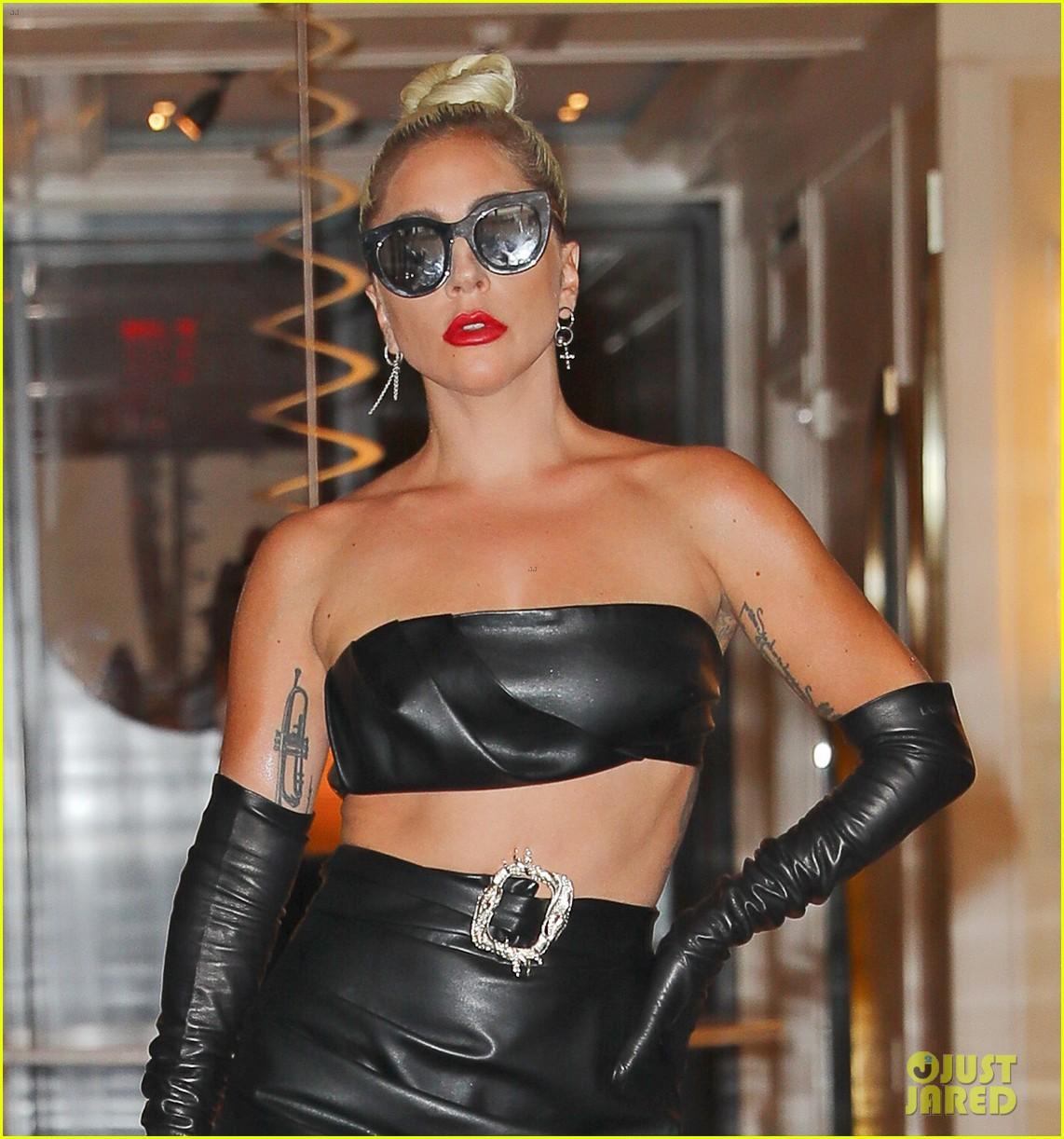 lady gaga fierce in leather look 02