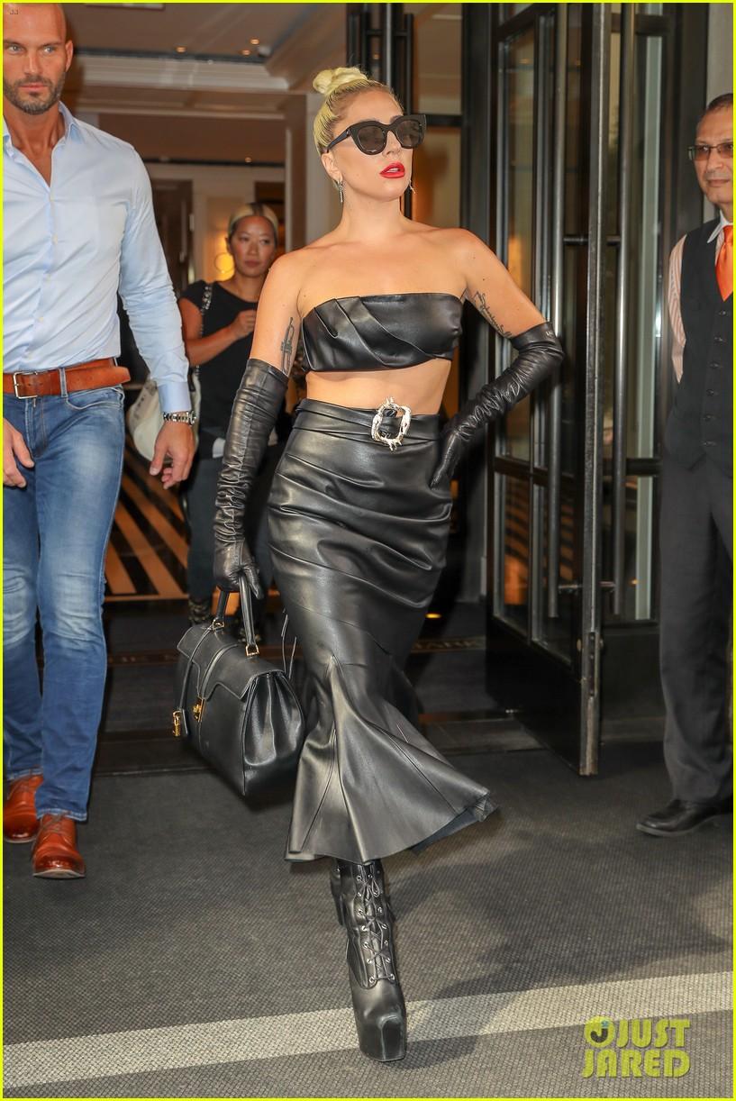 lady gaga fierce in leather look 07