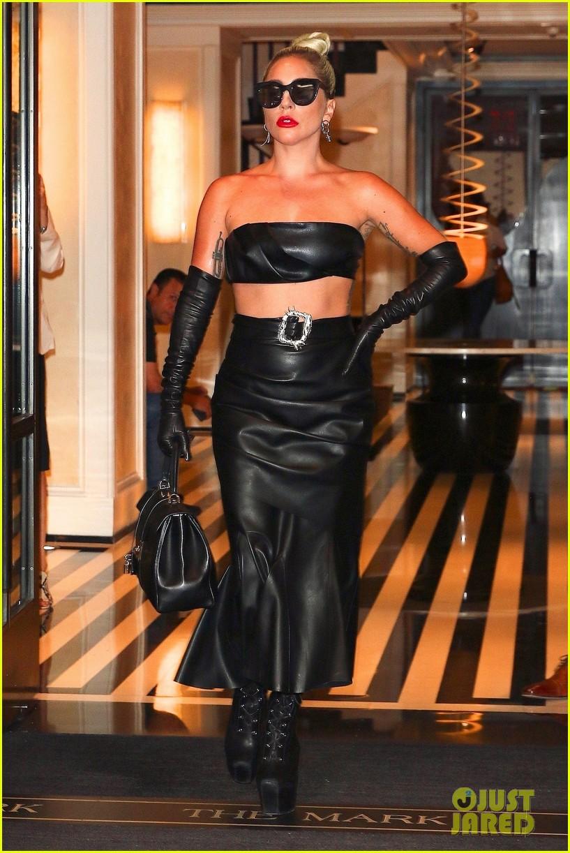 lady gaga fierce in leather look 09