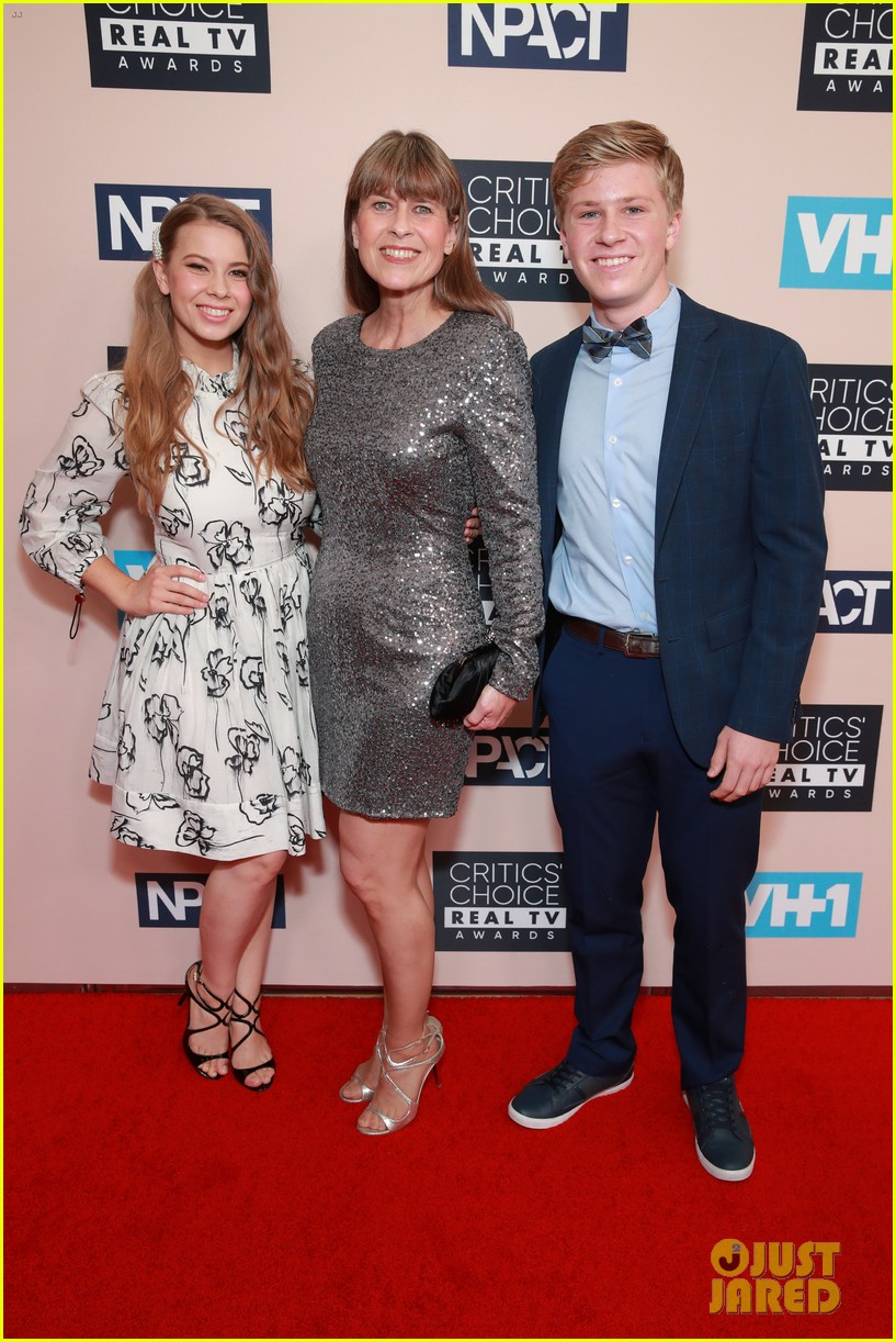justin hartley wife chrishell critics choice real tv awards 034302130
