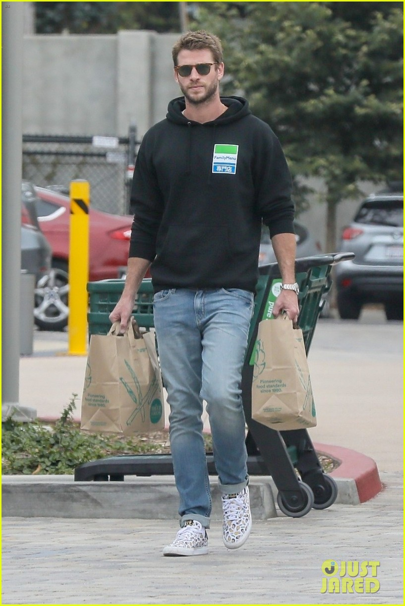 liam hemsworth rocks printed sneakers for lunch with his family 014313803