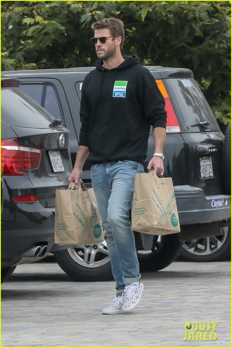 liam hemsworth rocks printed sneakers for lunch with his family 024313804