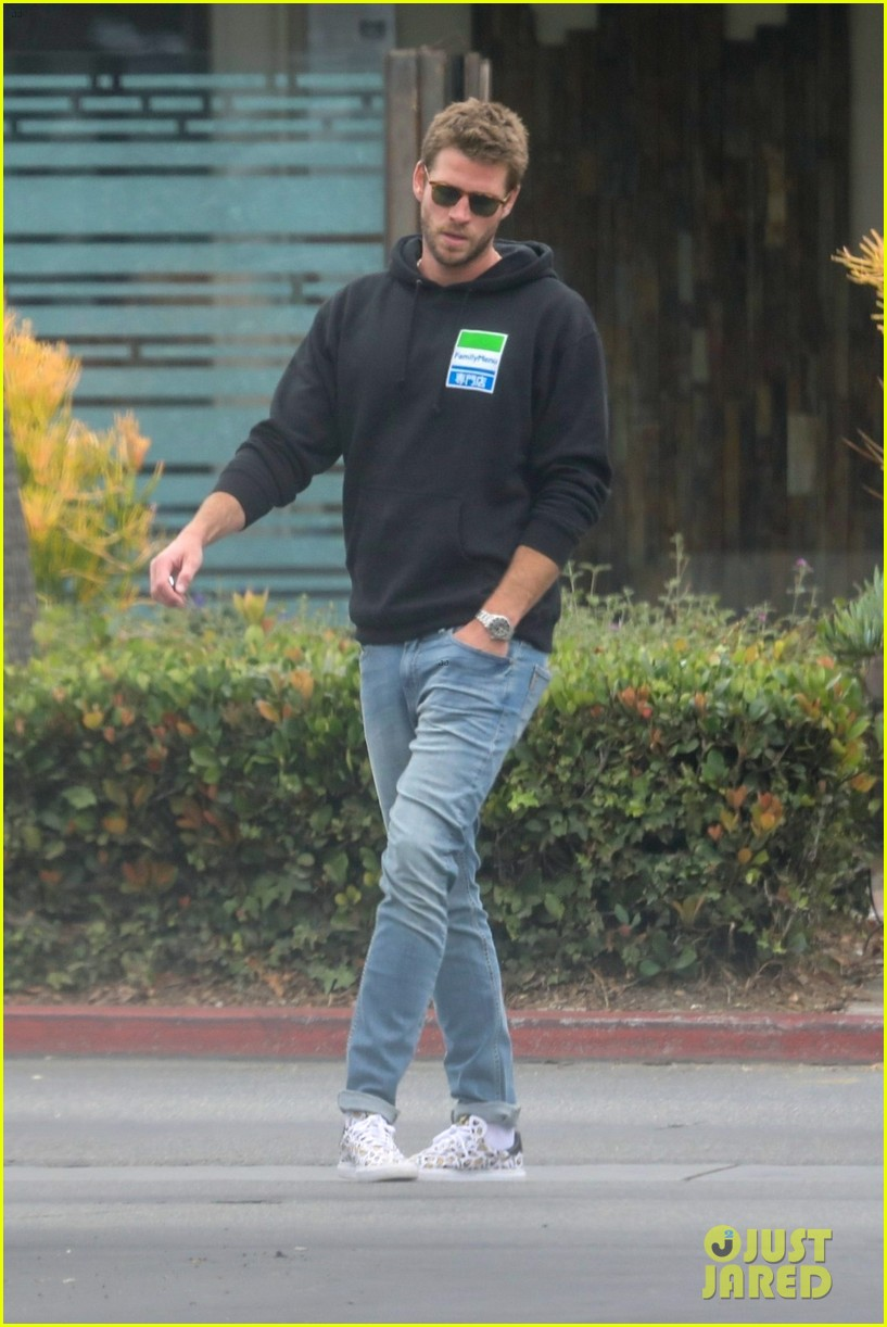 liam hemsworth rocks printed sneakers for lunch with his family 044313806
