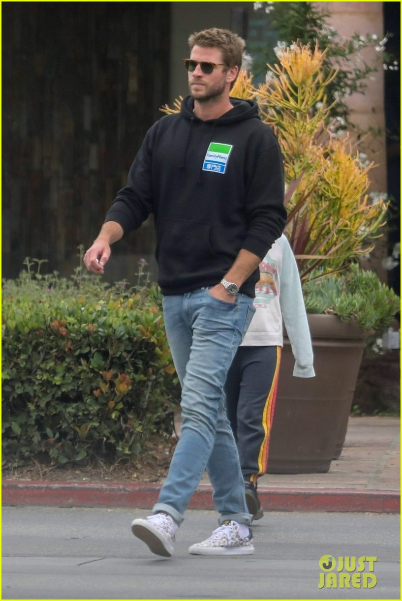 liam hemsworth rocks printed sneakers for lunch with his family 054313807