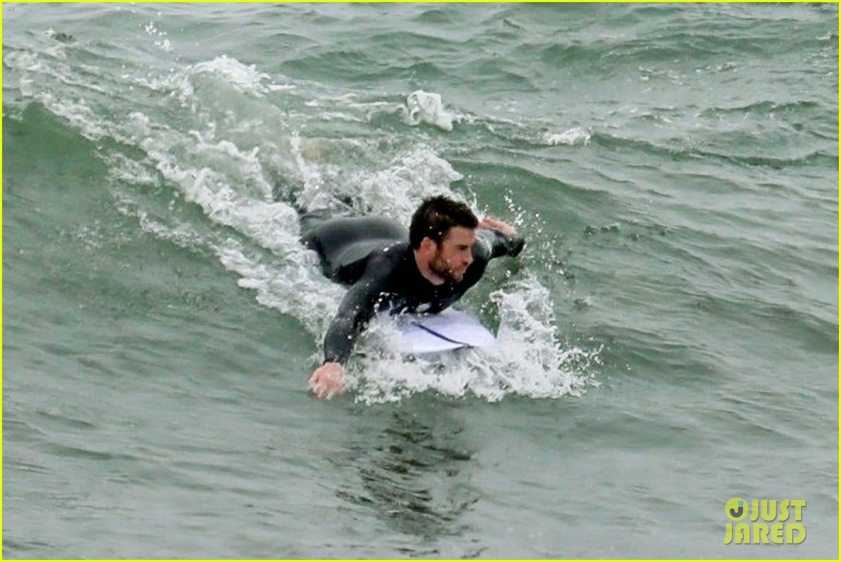 liam hemsworth strips out of his wetsuit after surfing 07