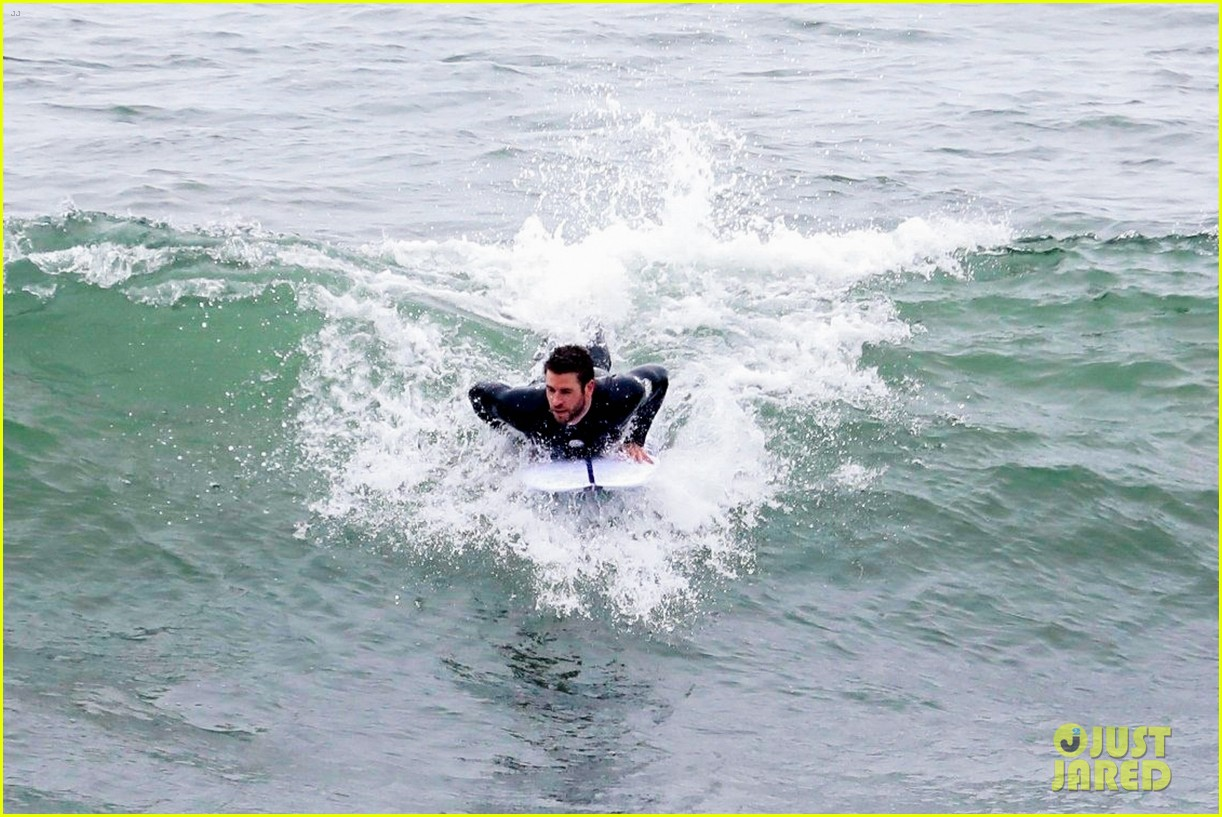 liam hemsworth strips out of his wetsuit after surfing 13