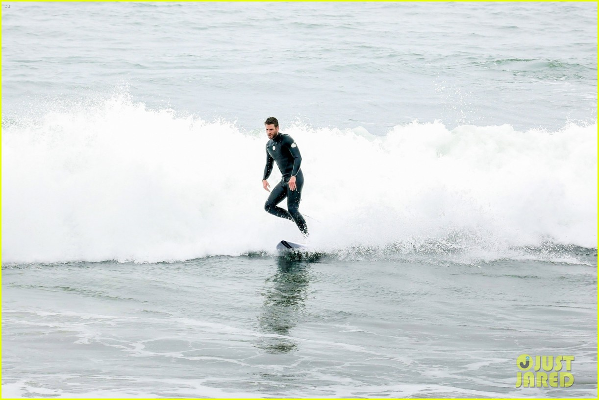 liam hemsworth strips out of his wetsuit after surfing 15