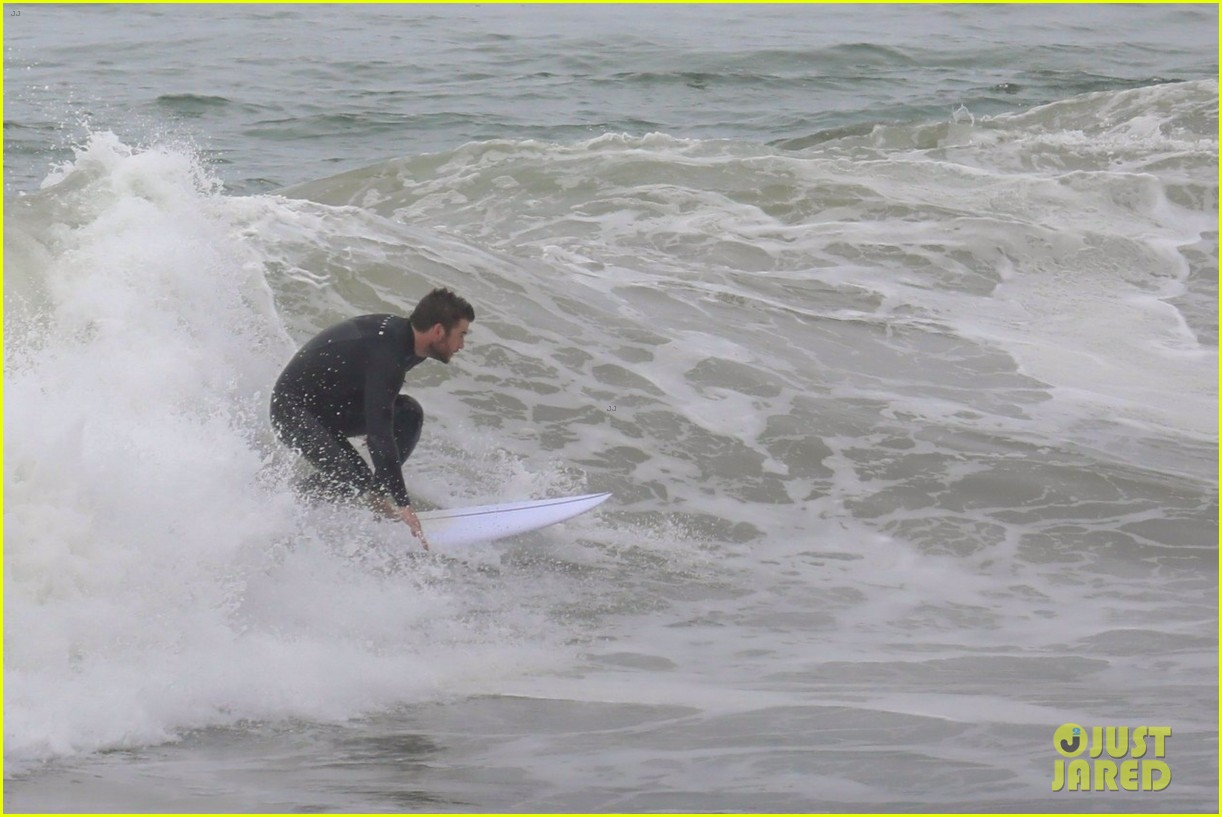 liam hemsworth strips out of his wetsuit after surfing 21