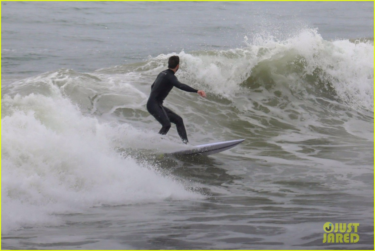 liam hemsworth strips out of his wetsuit after surfing 23