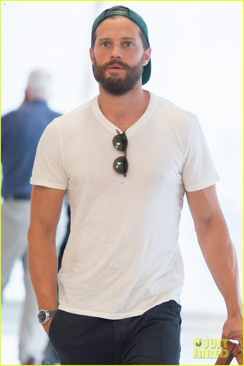 jamie dornan all smiles at the airport 014305578