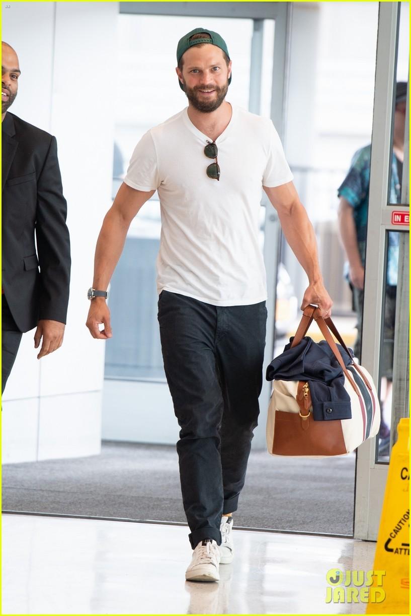 jamie dornan all smiles at the airport 034305580