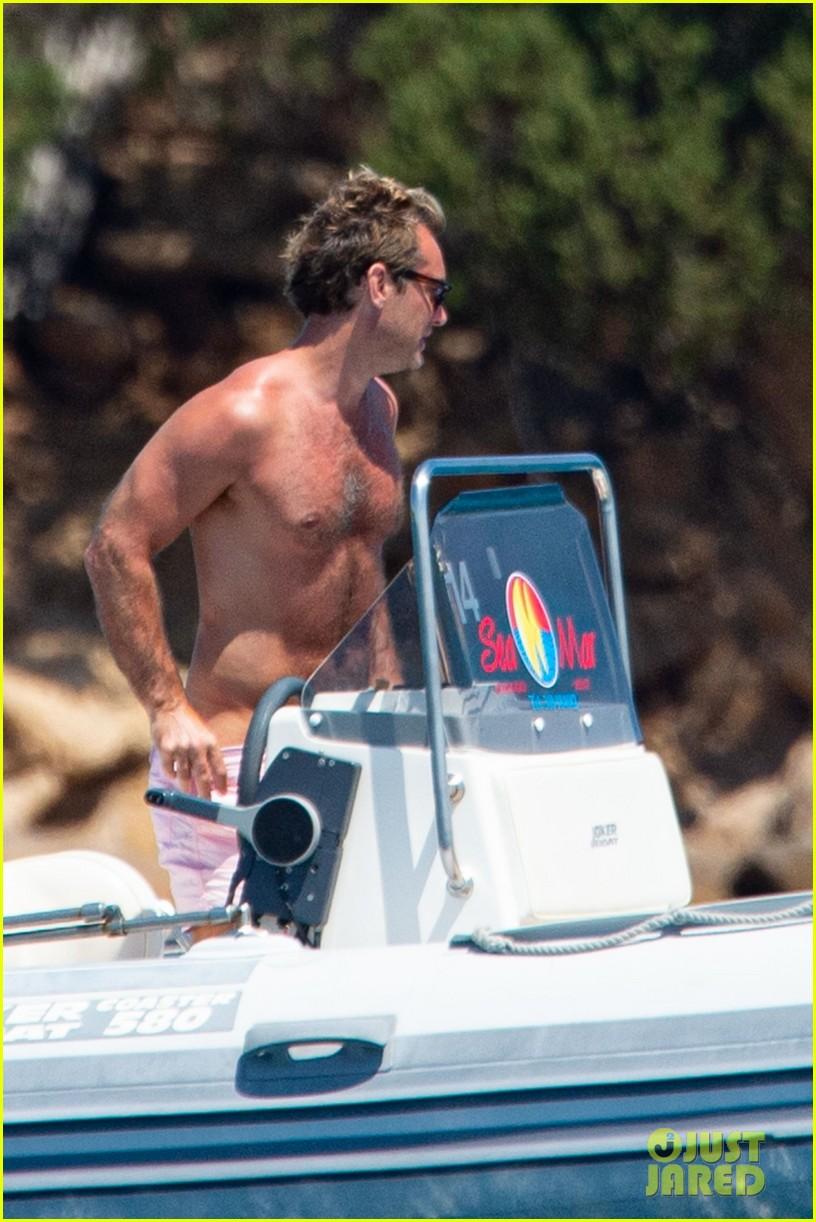 jude law shirtless on honeymoon with phillipa coan 03