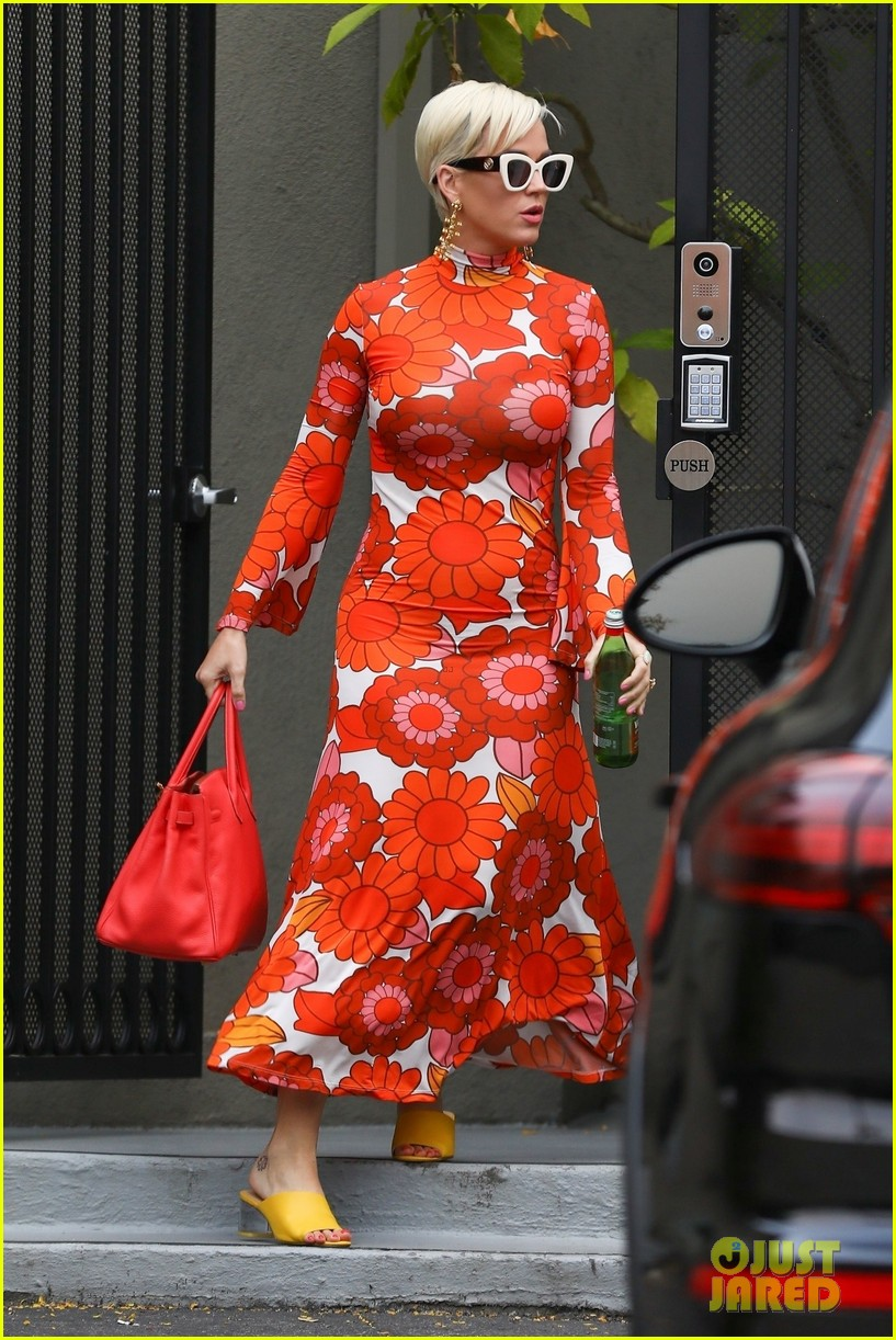 katy perry rocks bold dress while getting lunch 01