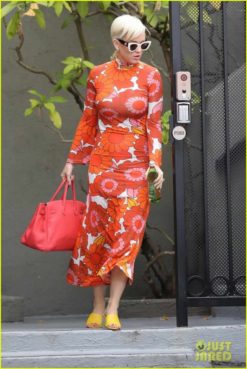 katy perry rocks bold dress while getting lunch 05