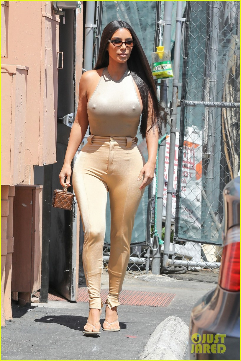 kim kardashian goes braless while getting lunch 014305570