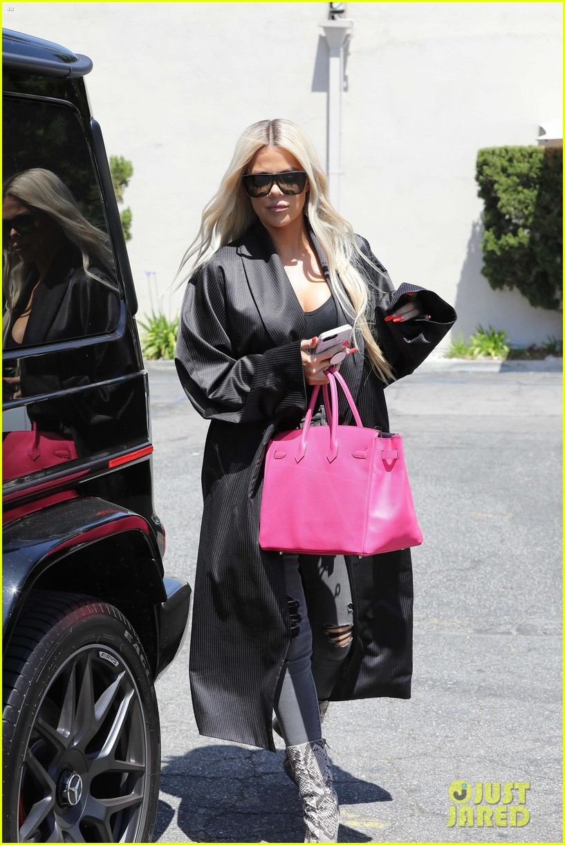 kim kardashian goes braless while getting lunch 054305574