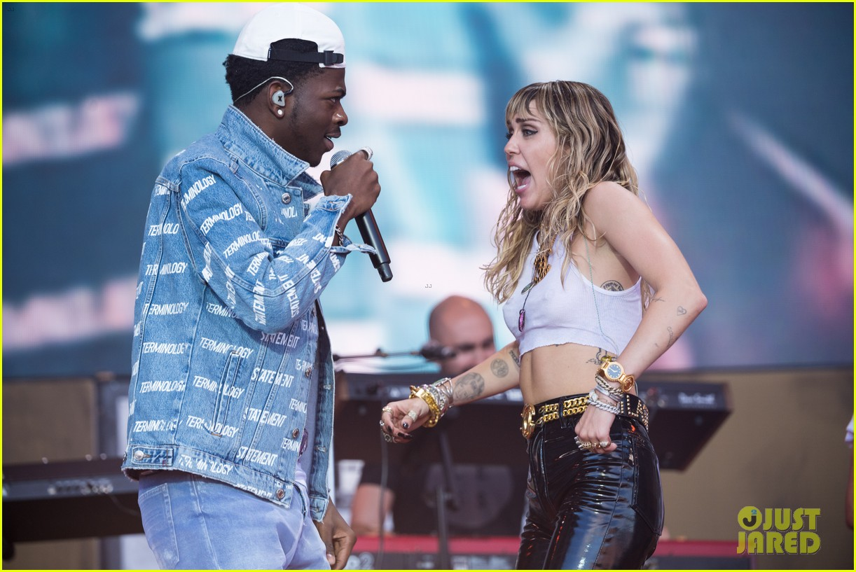 miley cyrus brings out dad billy ray lil nas x for old town road 01
