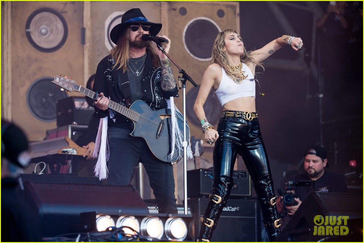 miley cyrus brings out dad billy ray lil nas x for old town road 19