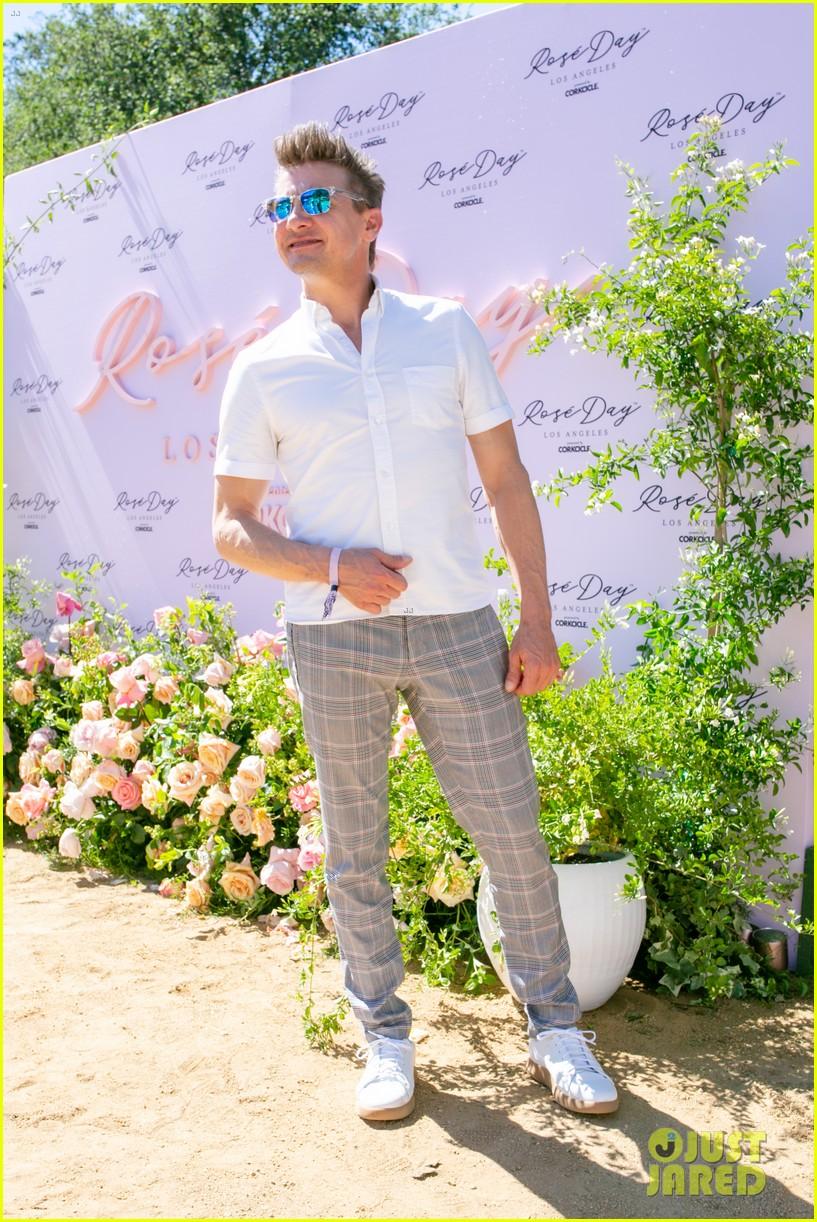 jeremy renner taylor lautner jamie foxx more celebrate rose day l a 06