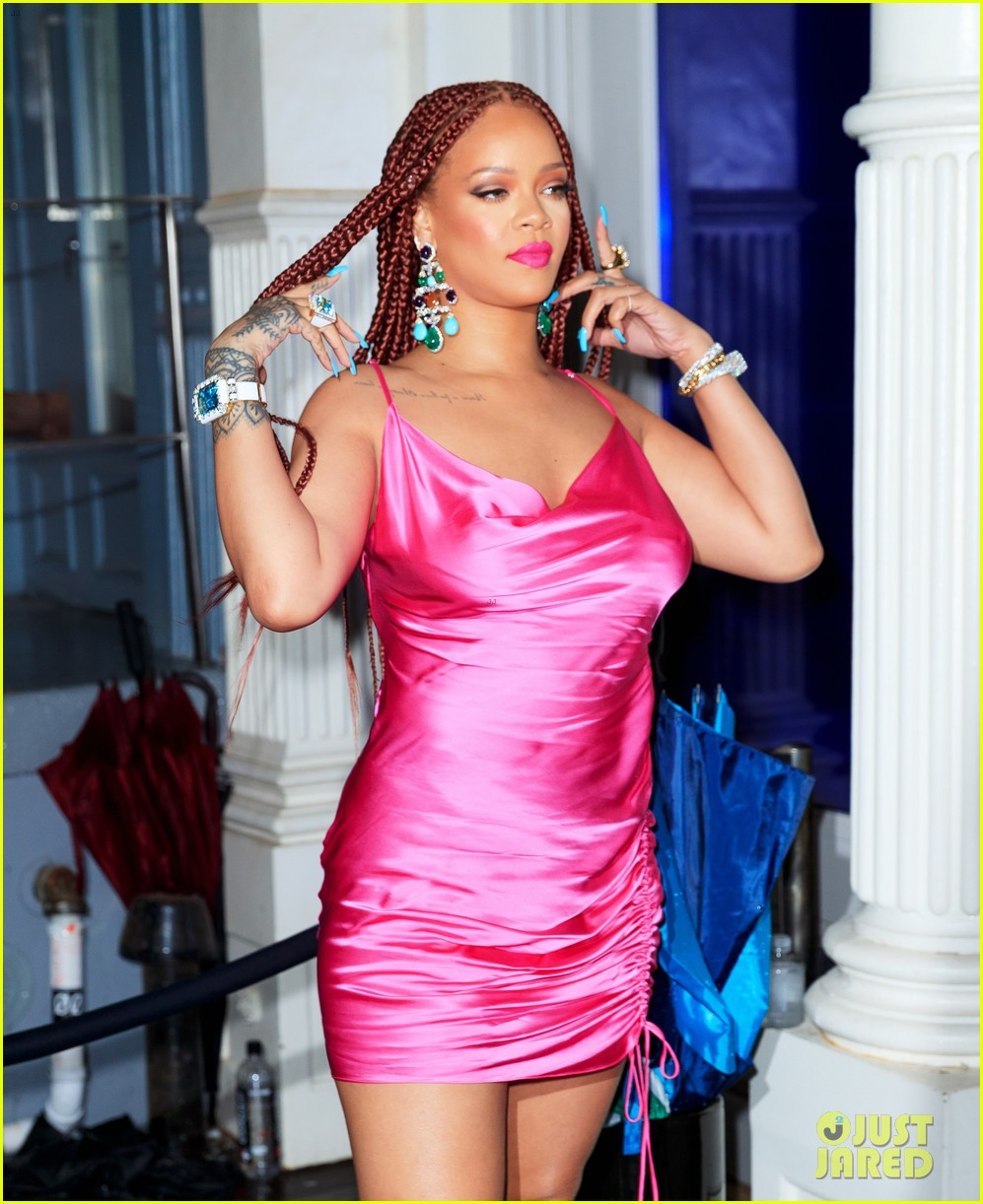 rihanna pretty in pink fenty pop up event in nyc 02