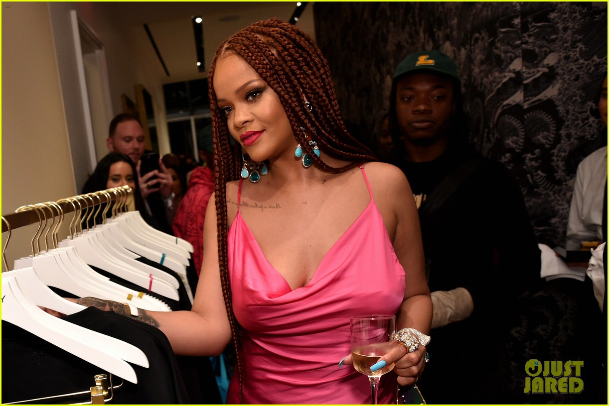 rihanna pretty in pink fenty pop up event in nyc 03