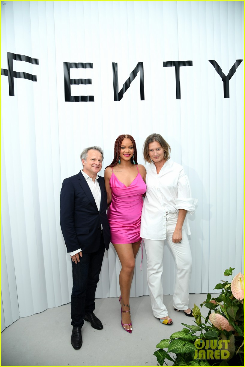rihanna pretty in pink fenty pop up event in nyc 09
