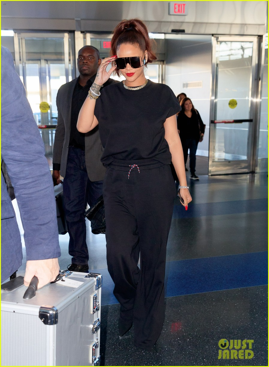rihanna keeps it comfy cool whlie catching flight in nyc 034308910