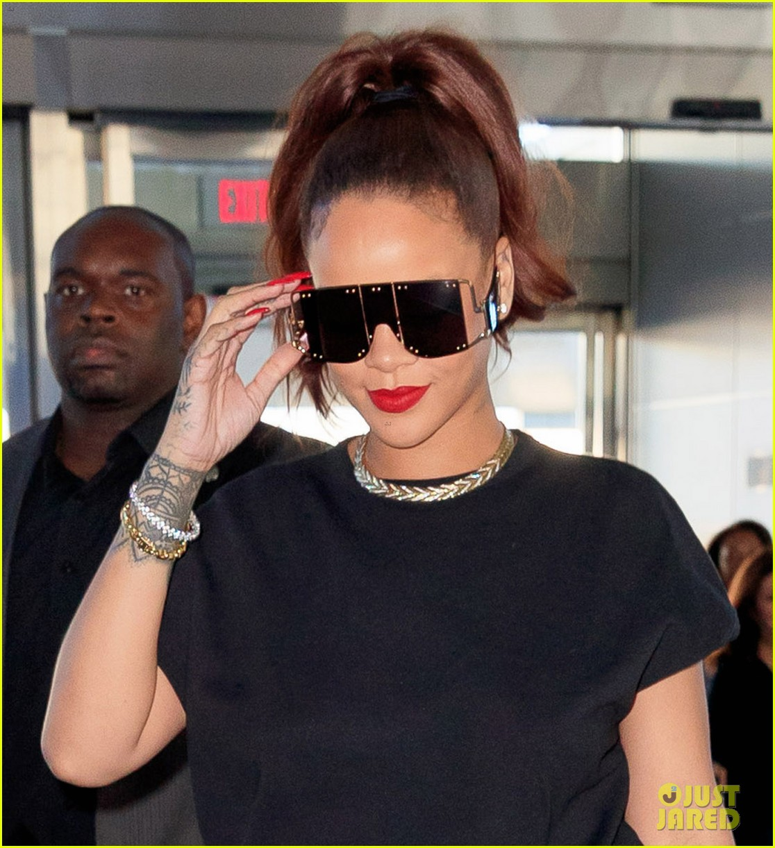 rihanna keeps it comfy cool whlie catching flight in nyc 044308911