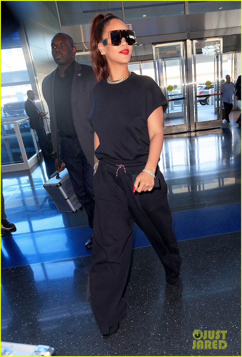 rihanna keeps it comfy cool whlie catching flight in nyc 064308913