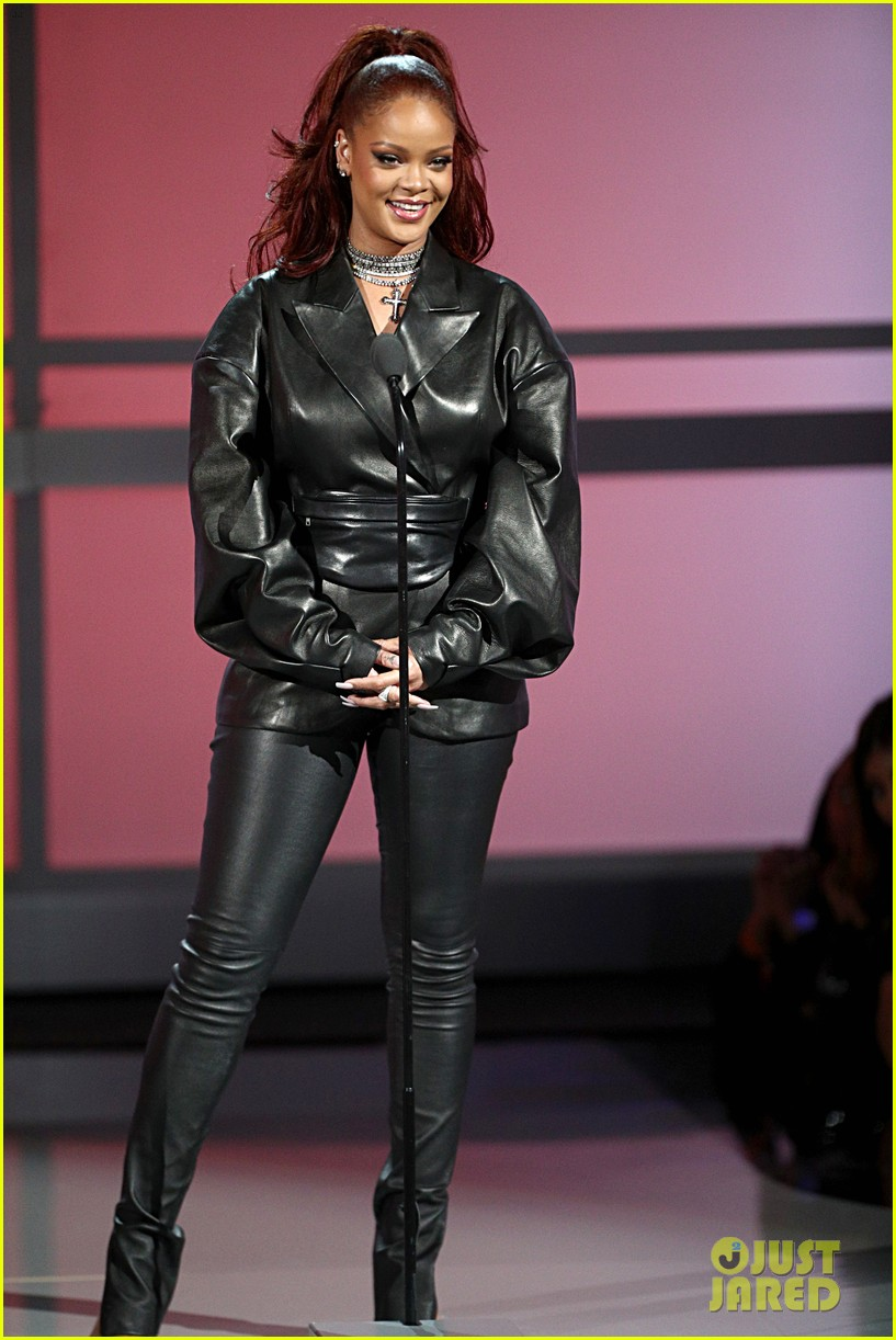 rihanna bet awards hair 114313561