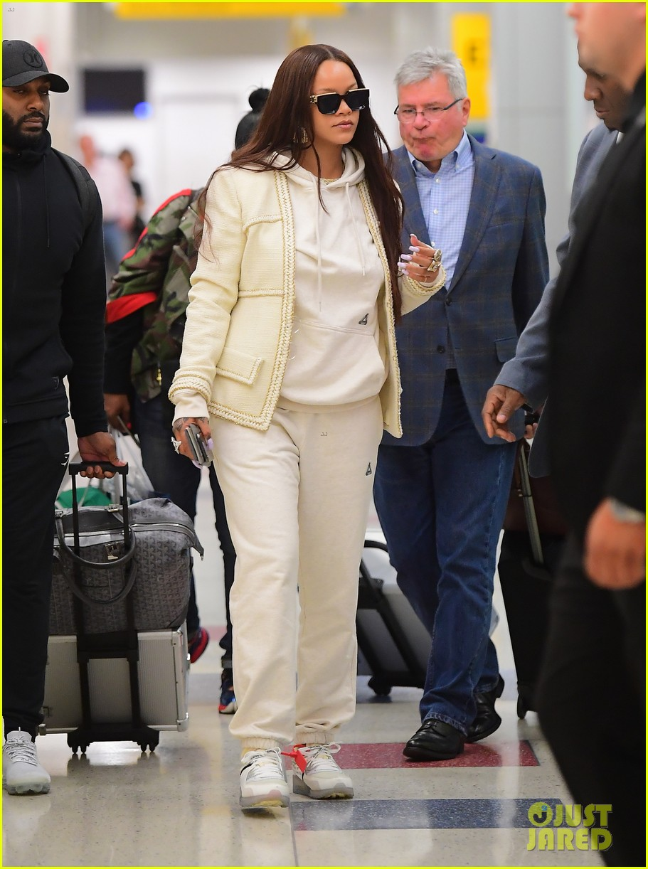 rihanna lands in new york after vacation 024305853