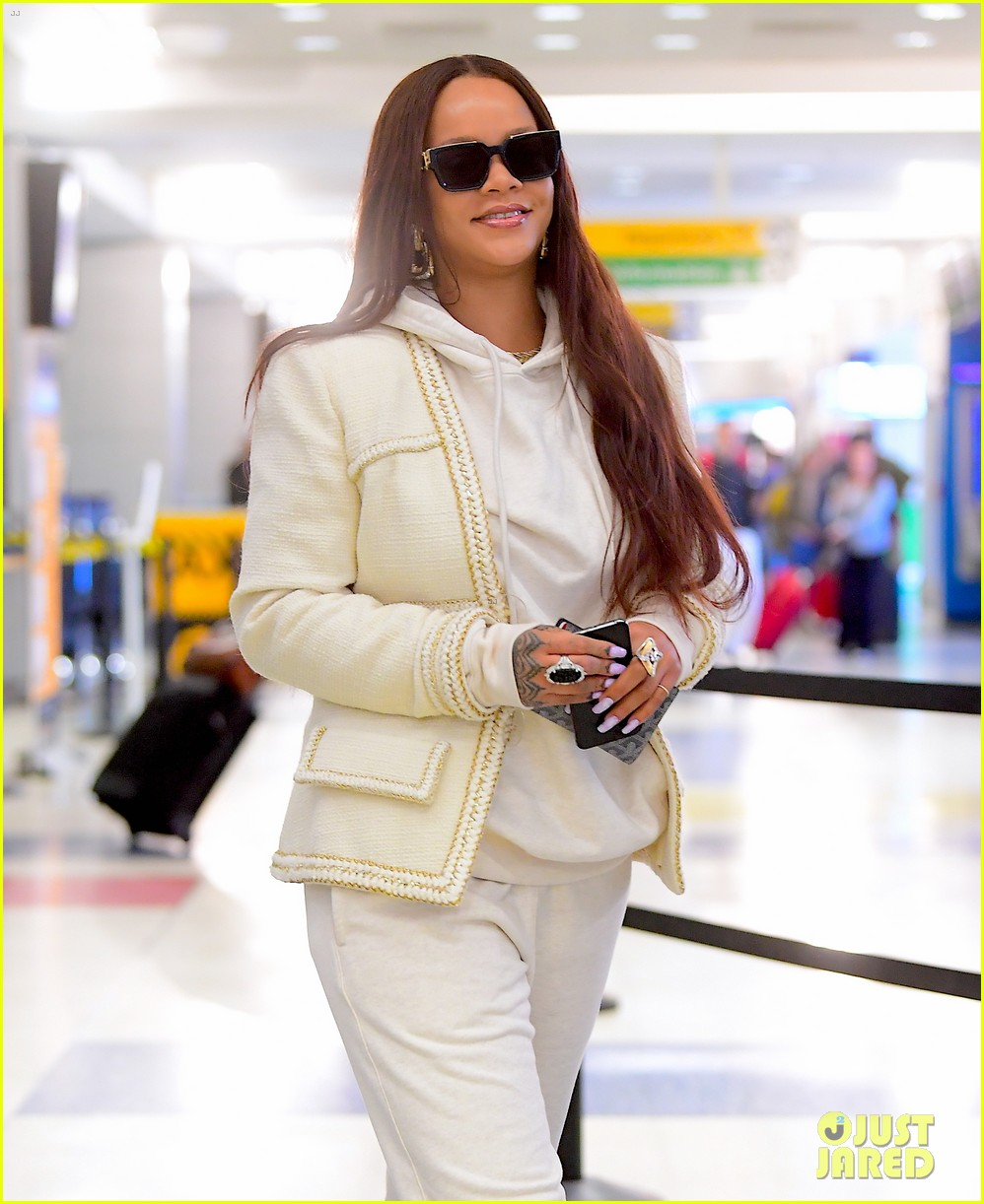 rihanna lands in new york after vacation 034305854