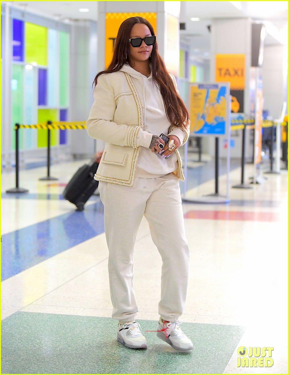 rihanna lands in new york after vacation 044305855