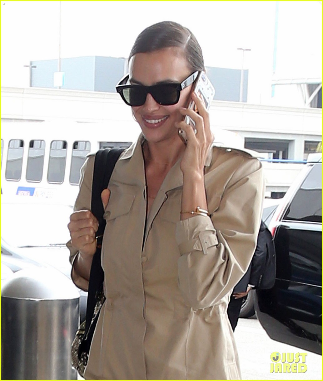 irina shayk smiles at airport 04