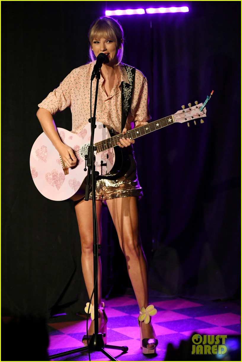 taylor swift performs at the stonewall inn 01