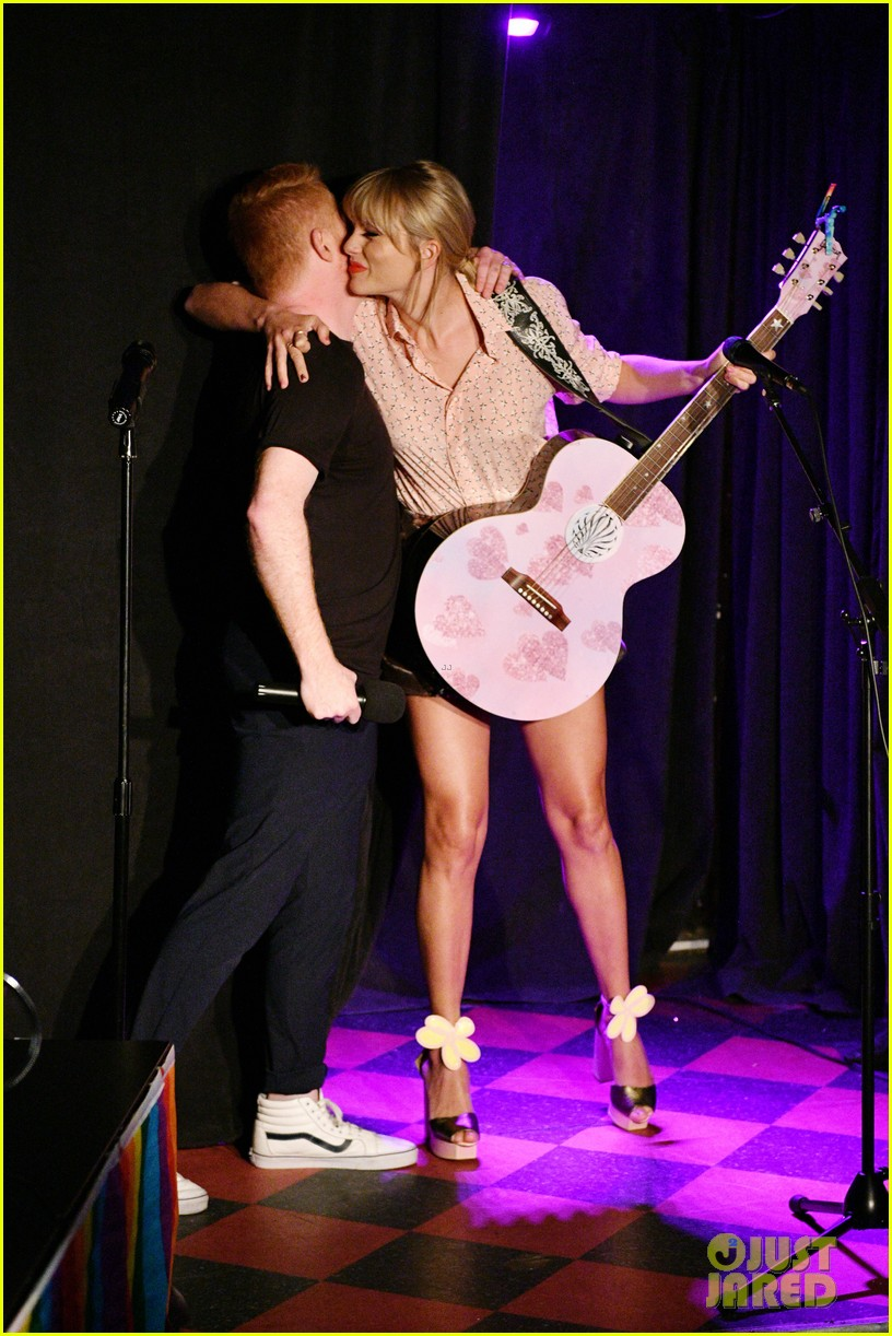 taylor swift performs at the stonewall inn 05