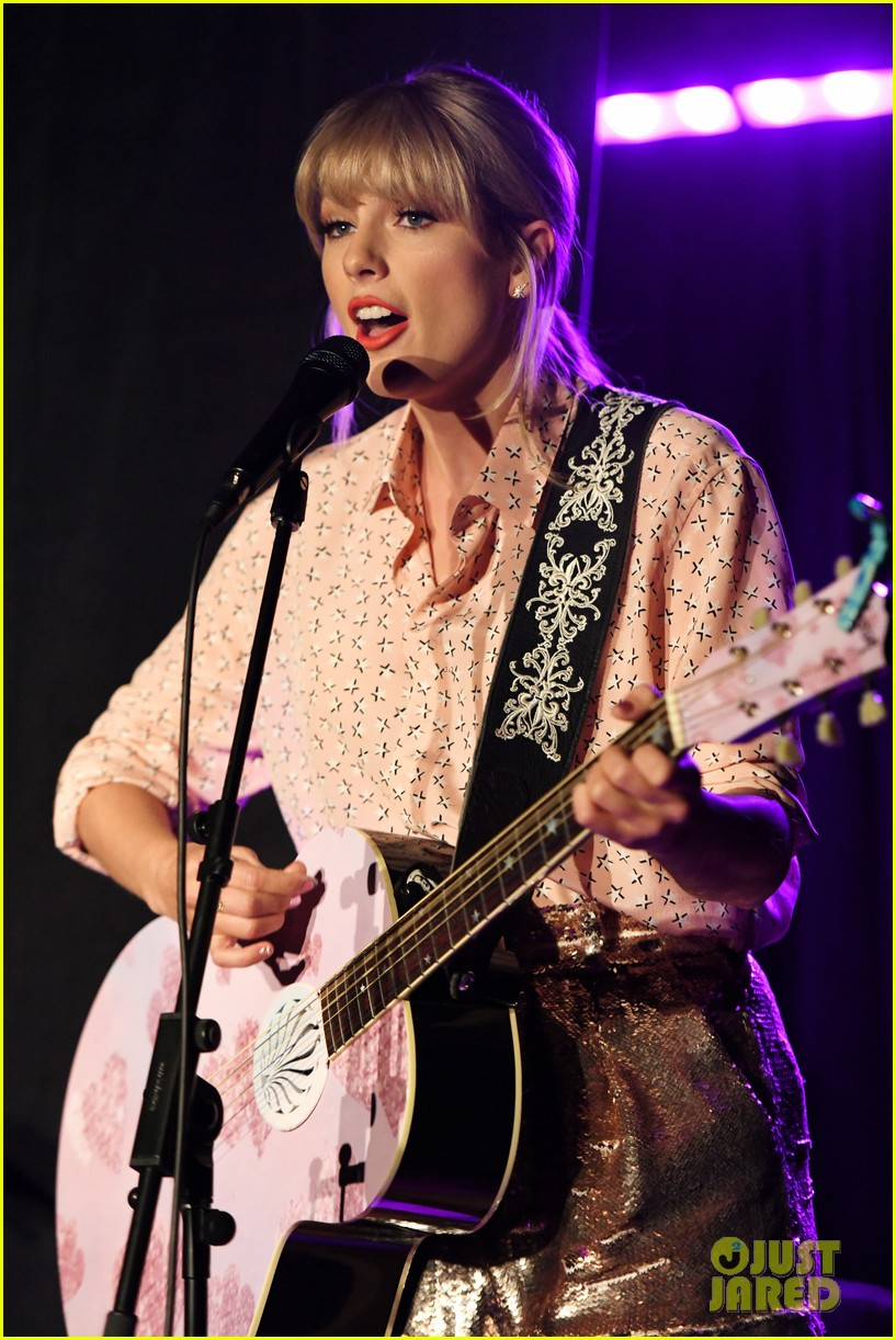 taylor swift performs at the stonewall inn 07