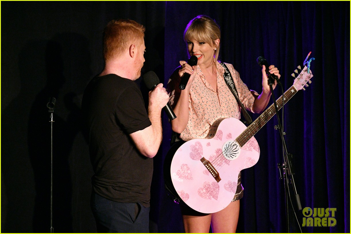 taylor swift performs at the stonewall inn 09