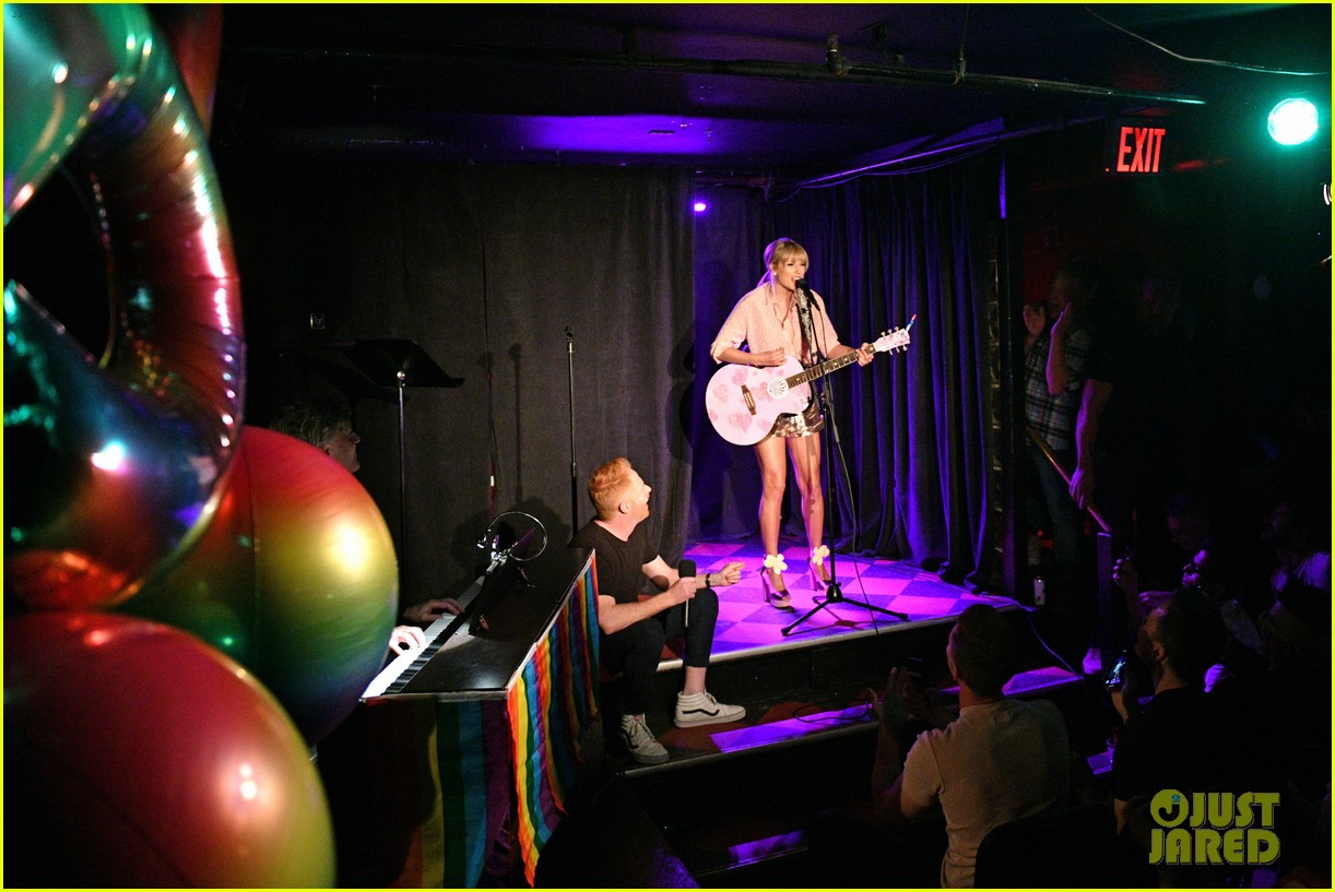 taylor swift performs at the stonewall inn 12