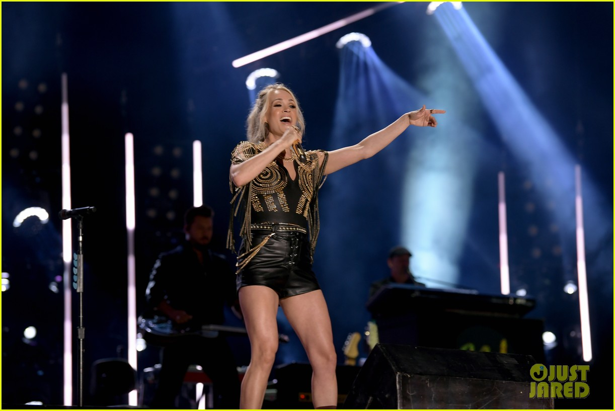 carrie underwood performs with joan jett at cma fest 02
