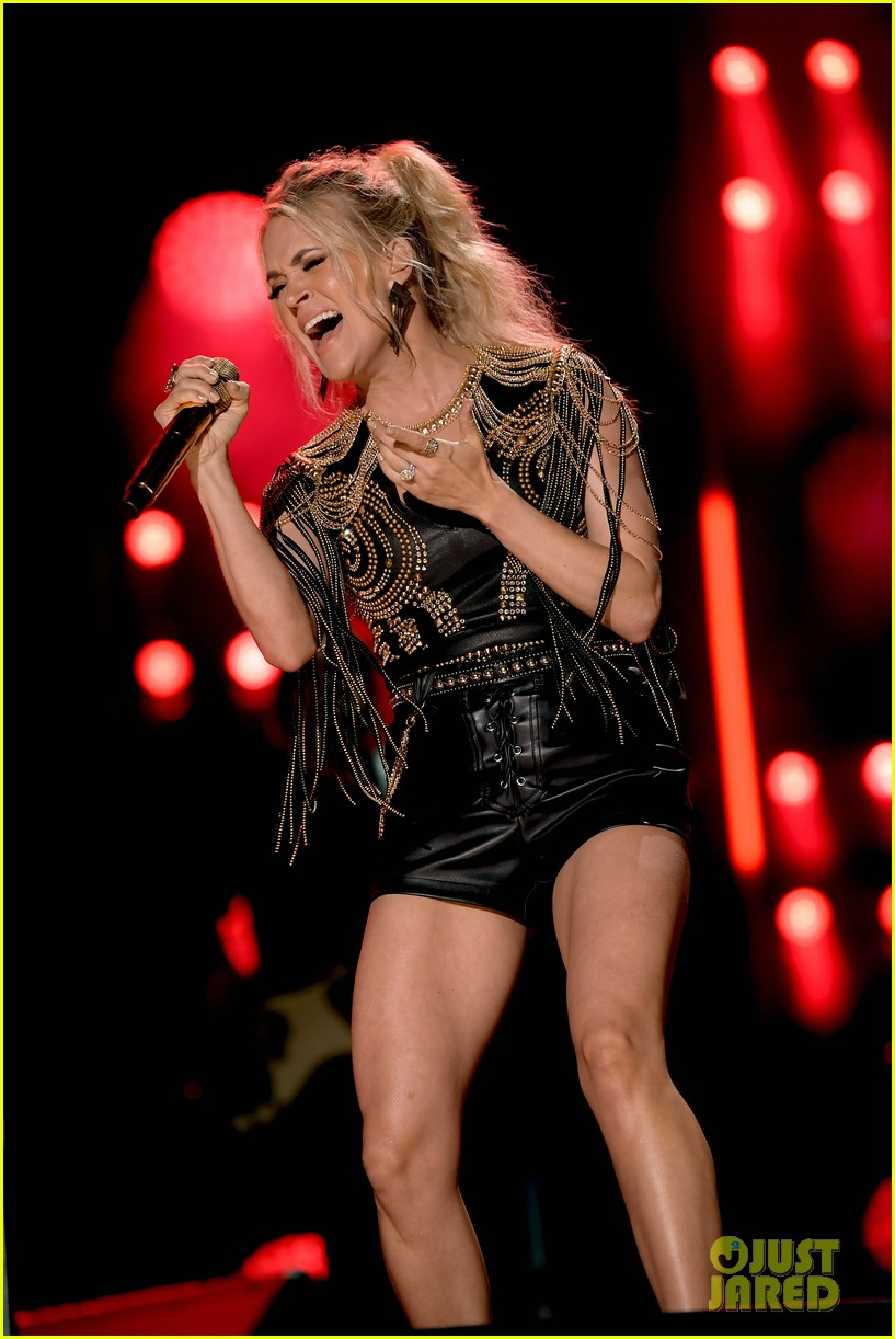 carrie underwood performs with joan jett at cma fest 03