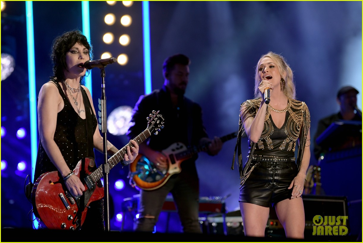 carrie underwood performs with joan jett at cma fest 08