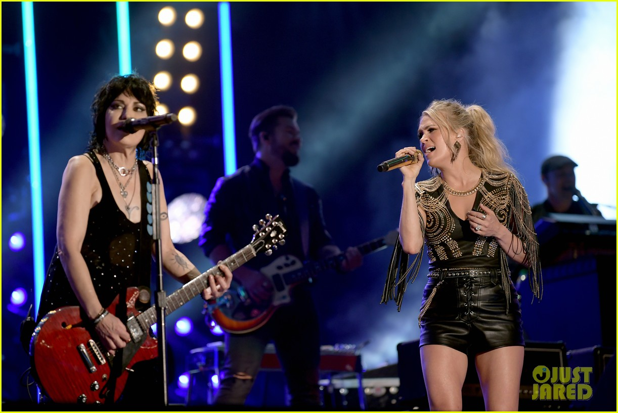 carrie underwood performs with joan jett at cma fest 11
