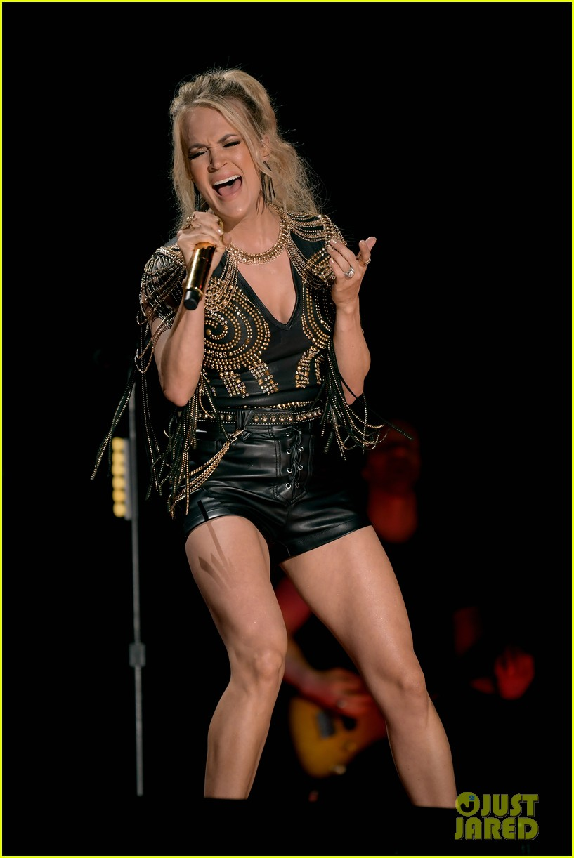 carrie underwood performs with joan jett at cma fest 14