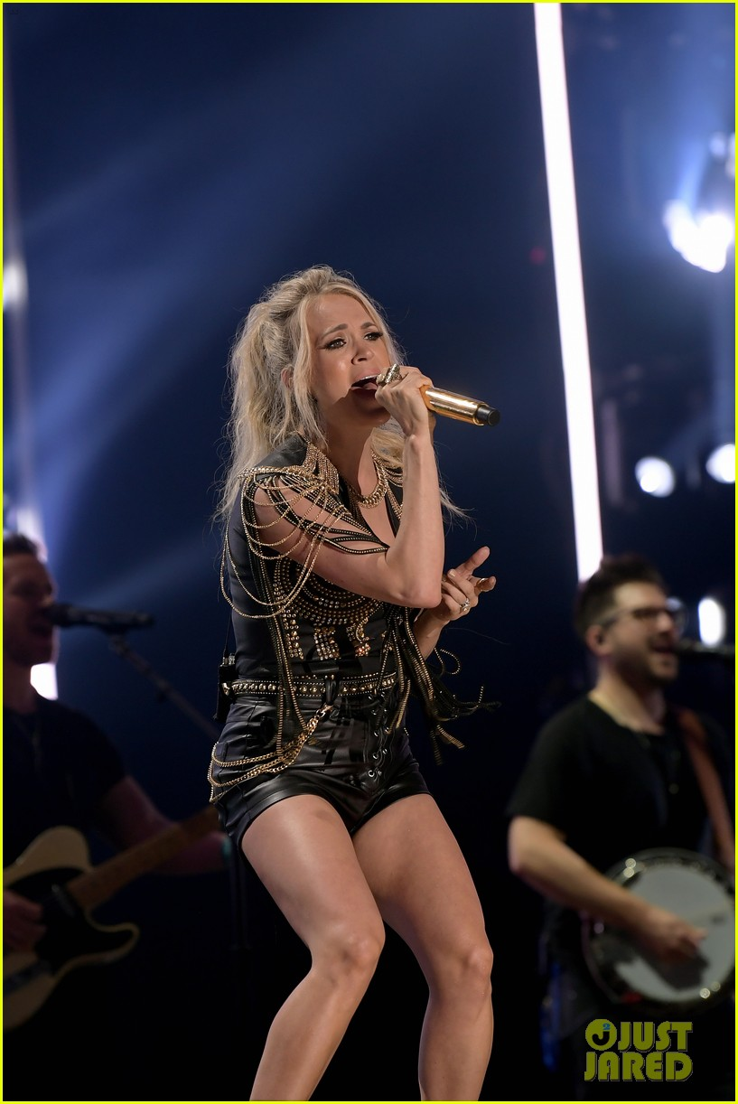 carrie underwood performs with joan jett at cma fest 15