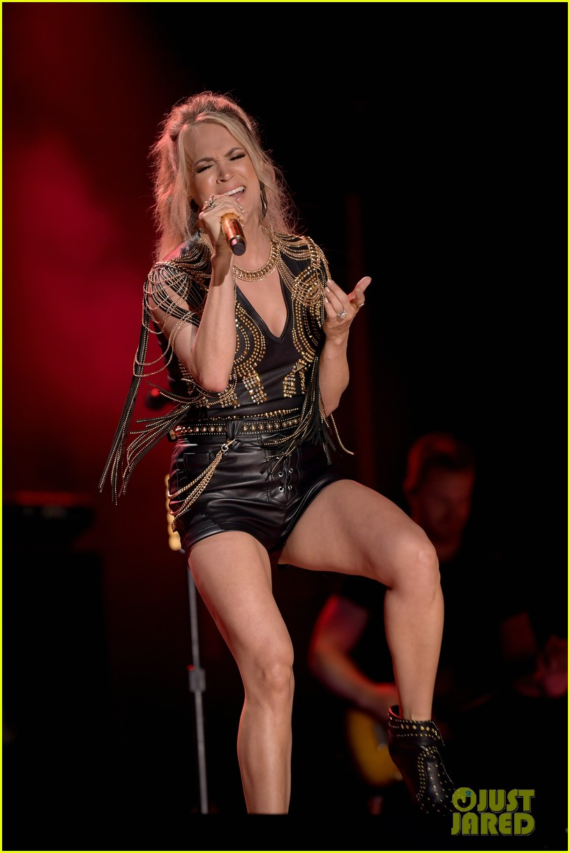 carrie underwood performs with joan jett at cma fest 16